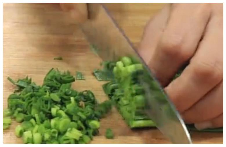 玉米面这样做,不用和面,手不用粘面,做出的饼软糯香甜